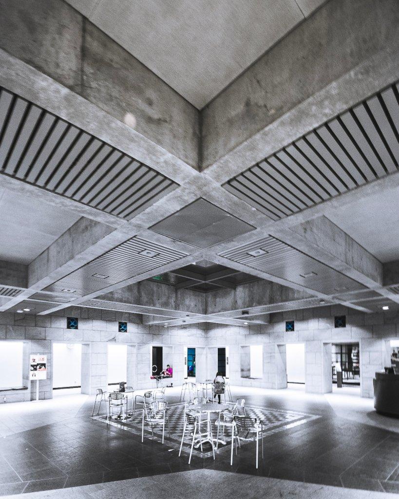 Auch in öffentlichen Gebäuden von Kirche bis Museum finden offene Betonoberflächen ohne Verblendung oder Putz Anwendung.